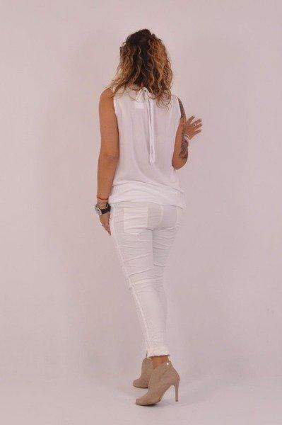 Biała bluzka z gipiurą przy dekolcie