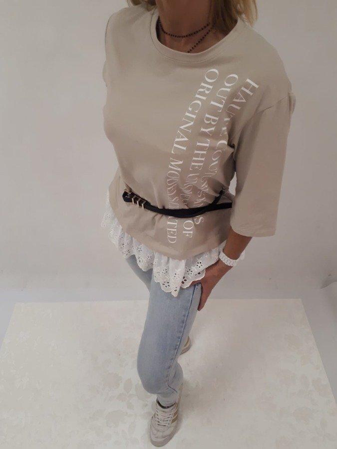 Bluzka beżowa w napisy z paskiem