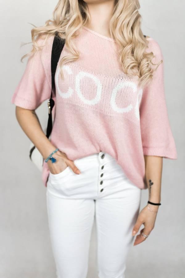 Delikatny rózowy sweter z napisem COCO
