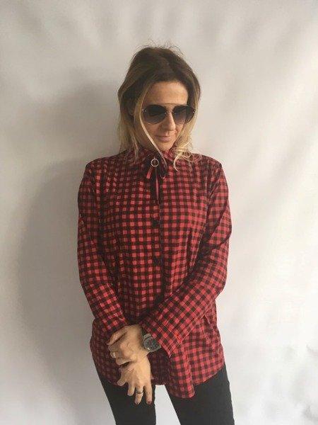 Koszula w kratę z broszką czerwona