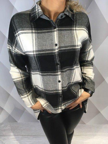 Koszula w krate z krótszym przodem.