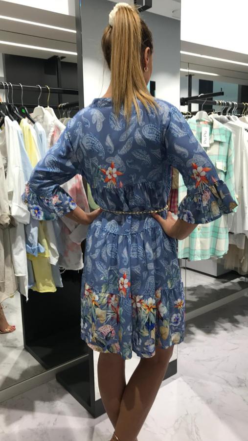Modelująca figurę niebieska sukienka we wzór