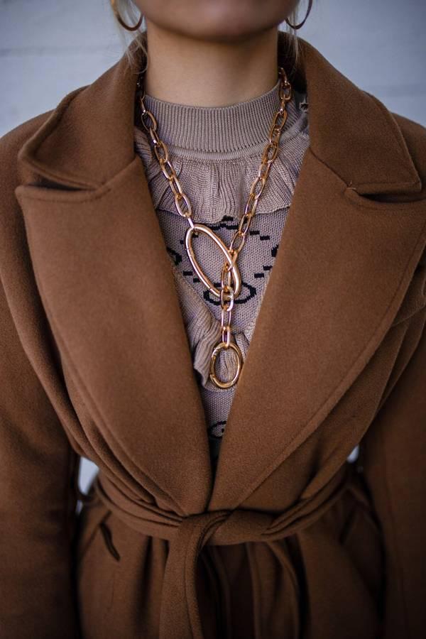 Płaszcz beżowy wiązany w talii