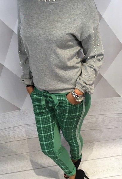 Spodnie dresowe zielone w kratę.