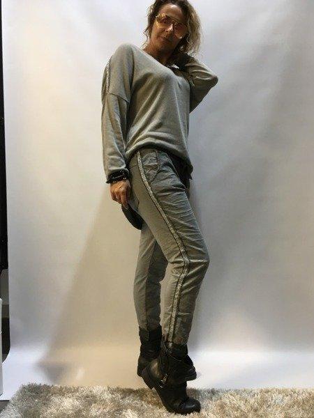 Spodnie szare ze srebrym lampasem