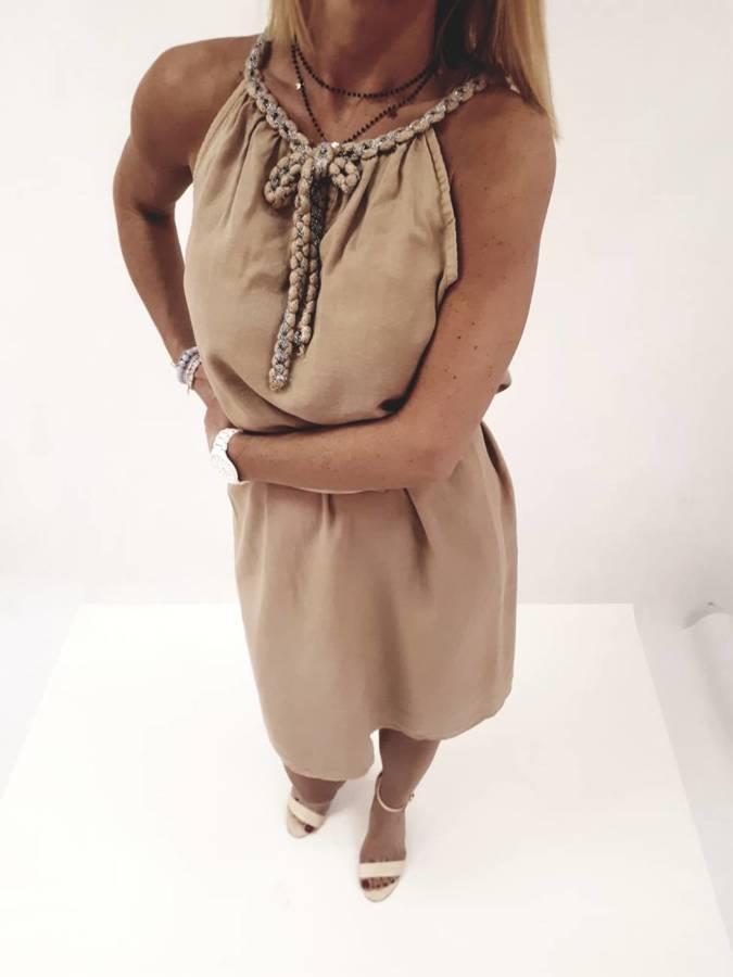 Sukienka camelowa wiązana przy dekolcie.