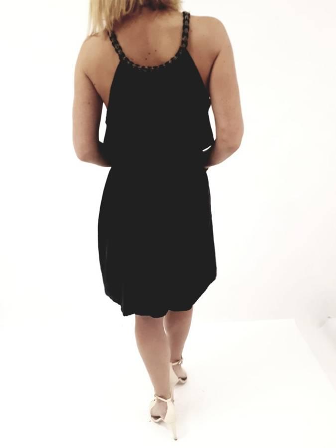 Sukienka czarna wiązana przy dekolcie.