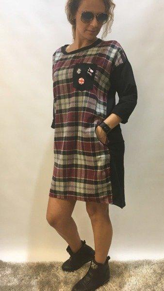 Sukienka w kratę z broszkami